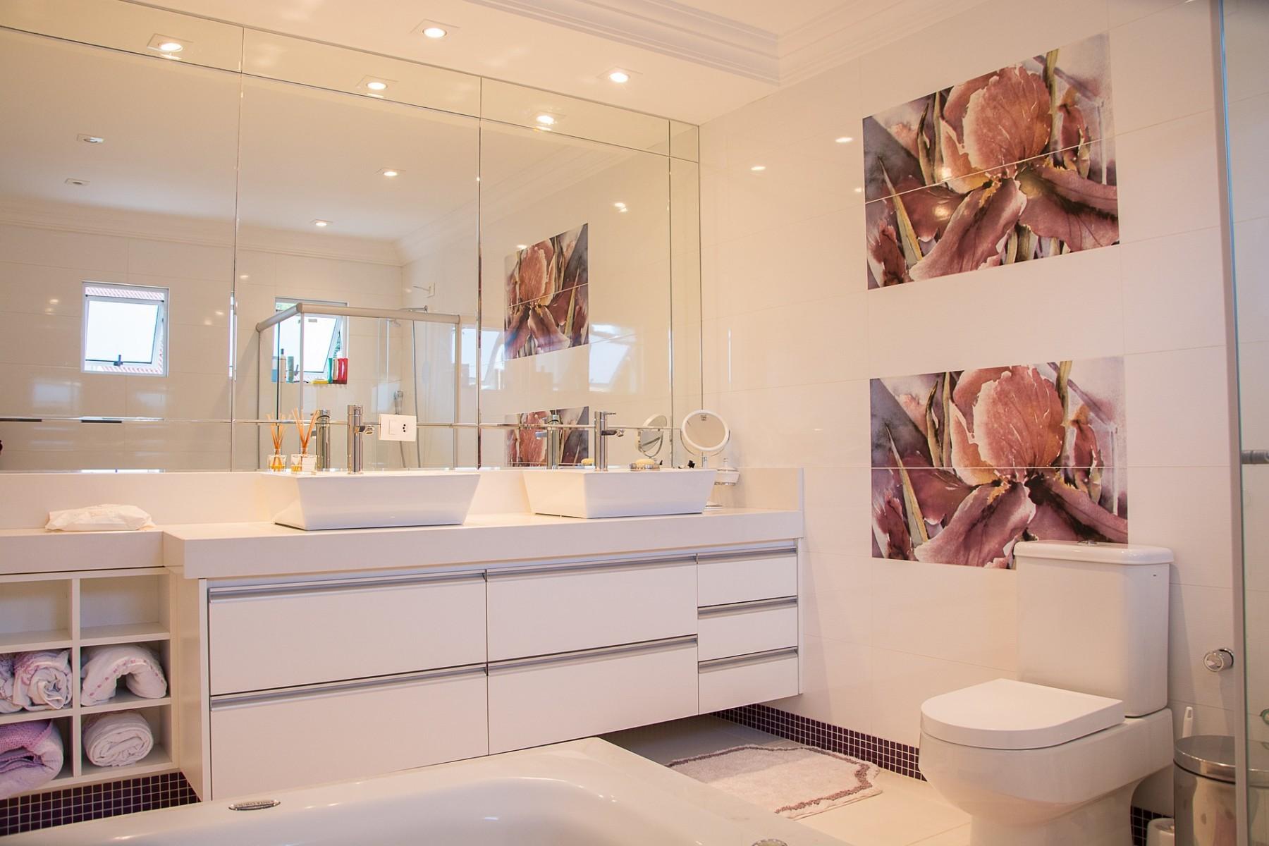 Душевая перегородка и зеркало в ванную