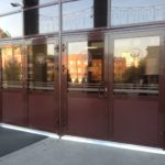 Двери из стекла в алюминиевой конструкции