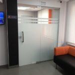 Перегородка в офисе из стекла