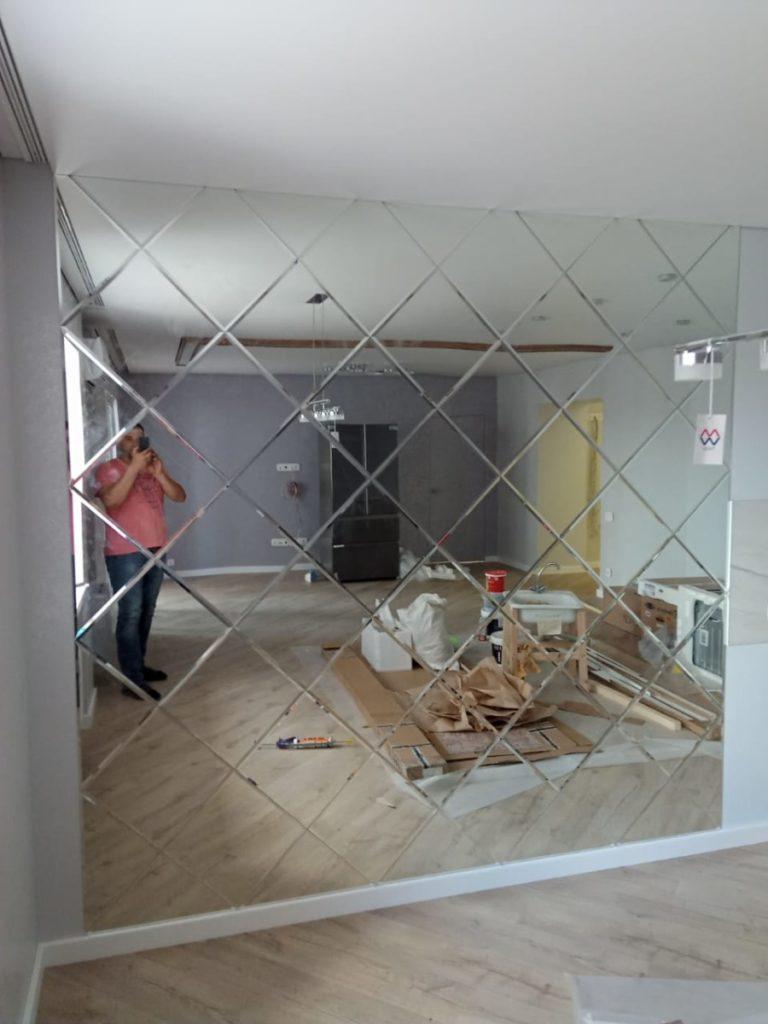 Большое зеркало в комнате