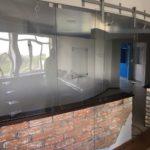 Сделали витрины из гнутого закаленного стекла